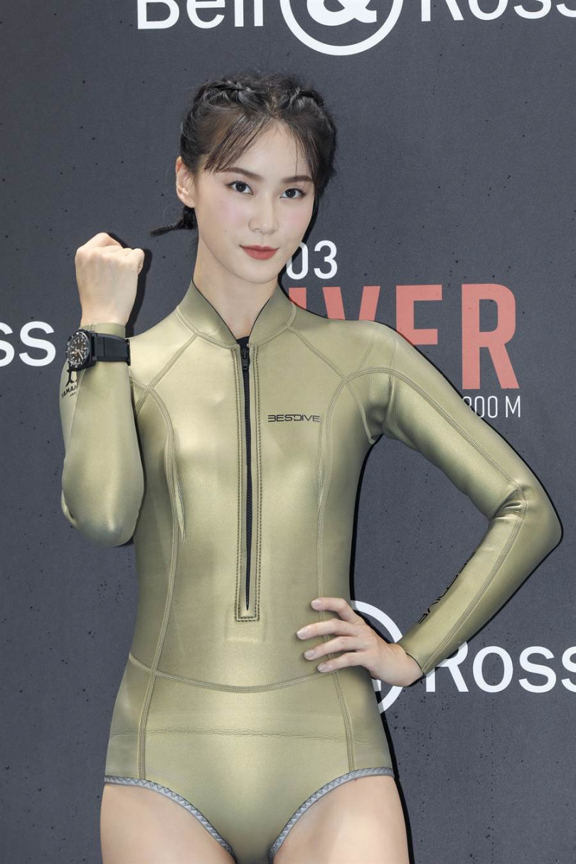 鍾瑶為記者會換上泳裝甚至敬業下水。(記者焦正德攝)