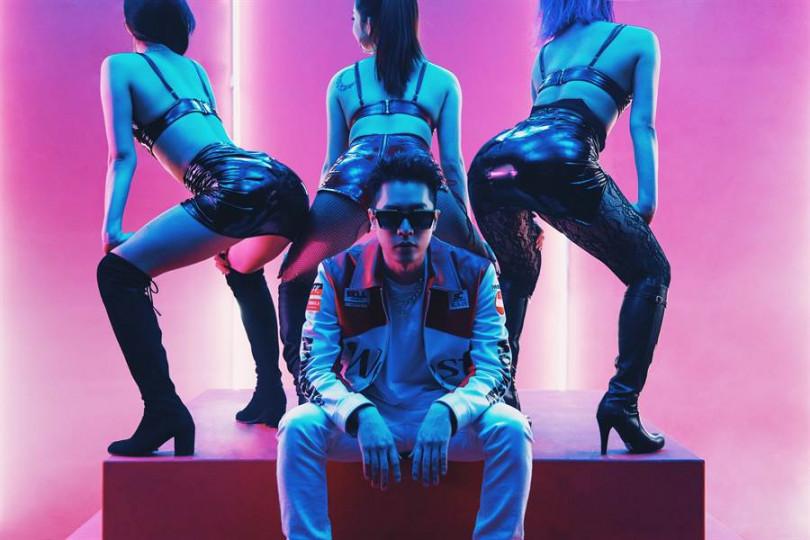 周湯豪在新歌《i GO》MV中,3女尬1男大跳熱舞。(圖/索尼提供)
