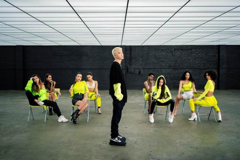 周湯豪這次以「螢光綠」為主題顏色,勢必再次引領時尚潮流。(圖/索尼提供)