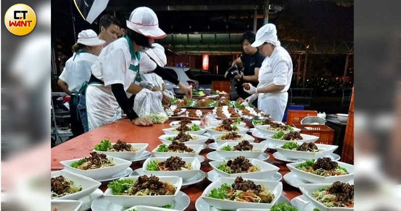 工作人員正專注地準備著餐點。(攝影/高靜玉)
