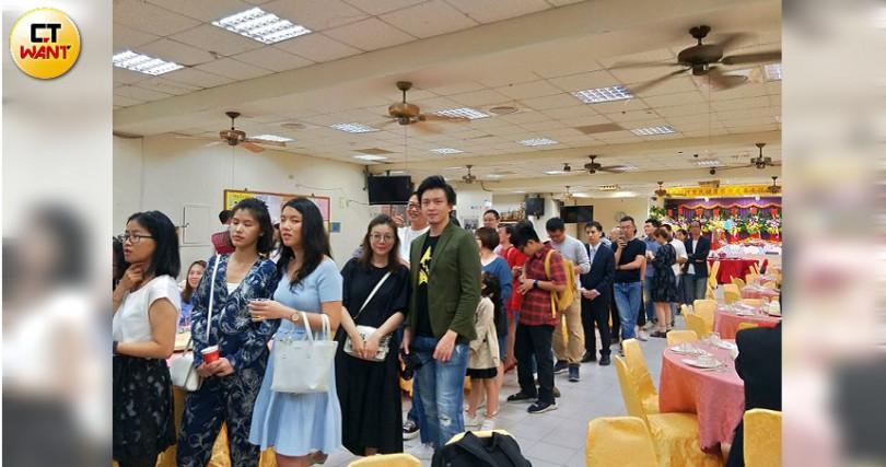 賓客們開心的排隊等著現切的伊比利火腿。(攝影/高靜玉)