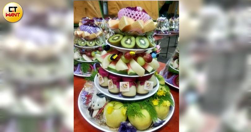 帶給全場驚喜、放滿高檔水果的「金玉滿堂喜」。(攝影/高靜玉)