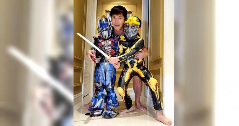 黃少祺陪兩個兒子玩遊戲。(圖/翻攝黃少祺臉書)