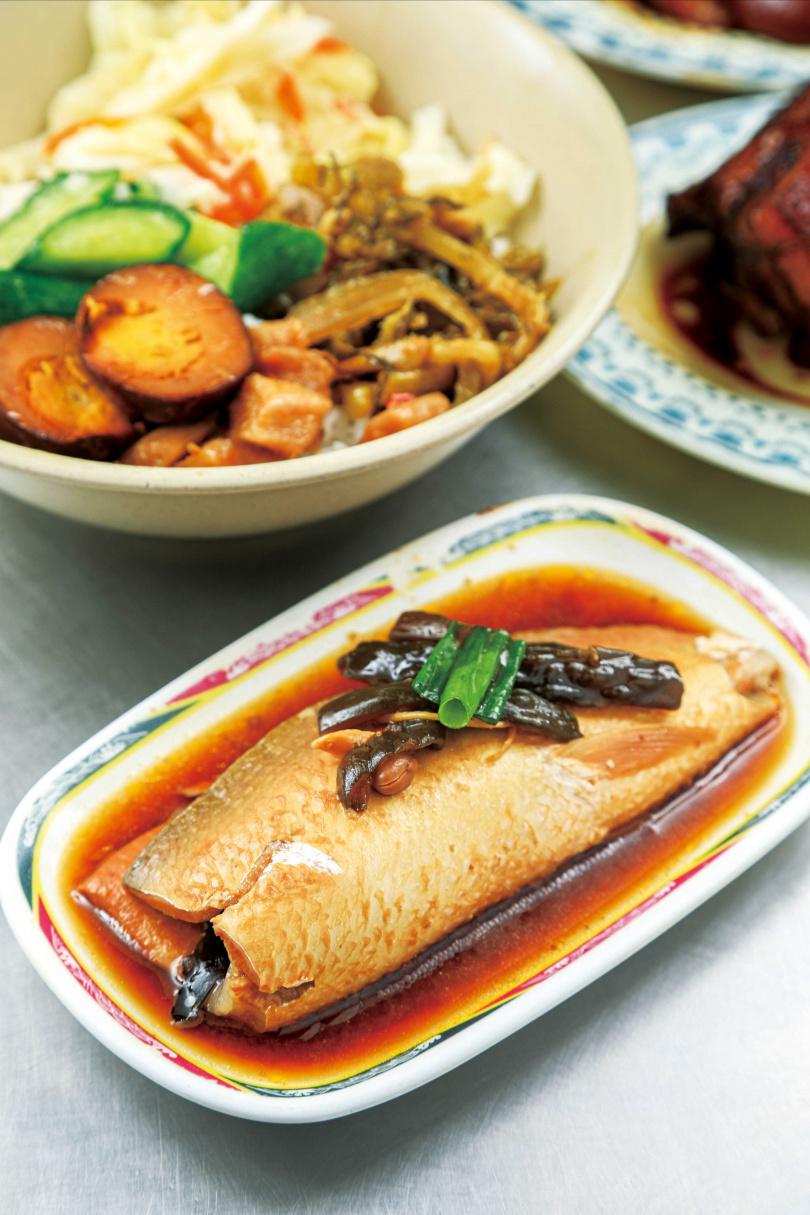 嚴選每天從南部直送、帶有部分背鰭肉的虱目魚肚,「無刺虱目魚肚飯」搭配獨門黑豆瓣、辣豆瓣醬、花瓜滷製,襯托出魚肉的鮮甜。(150元)(圖/林士傑攝)