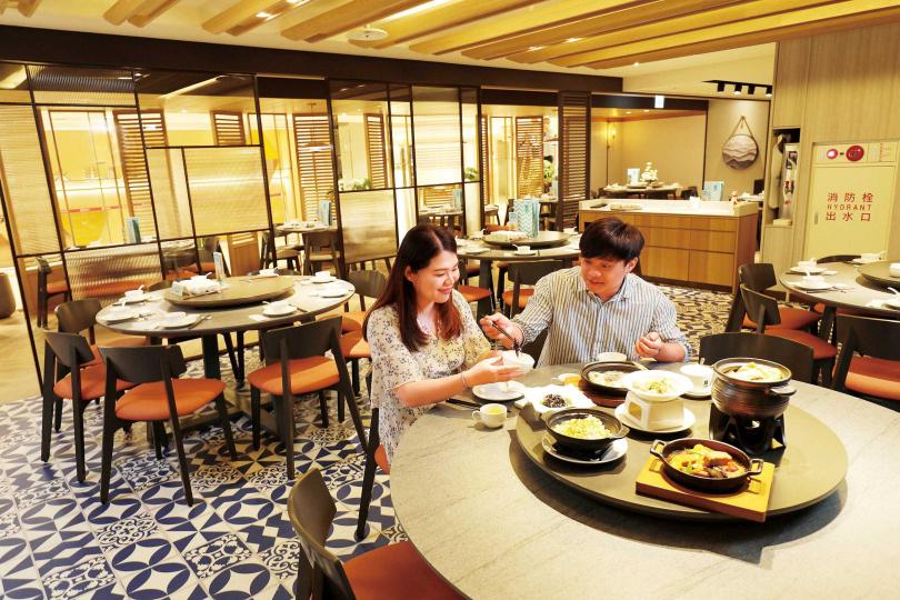 「PUTIEN莆田」主打親民式的星級暖心料理,適合與家人、朋友同聚用餐。(圖/于魯光攝)