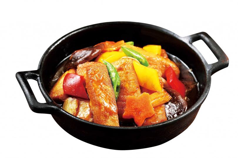 「莆田鐵板滑豆腐」與雞蛋豆腐搭配的蠔油醬汁,還加入魚露提鮮。(240元)(圖/于魯光攝)