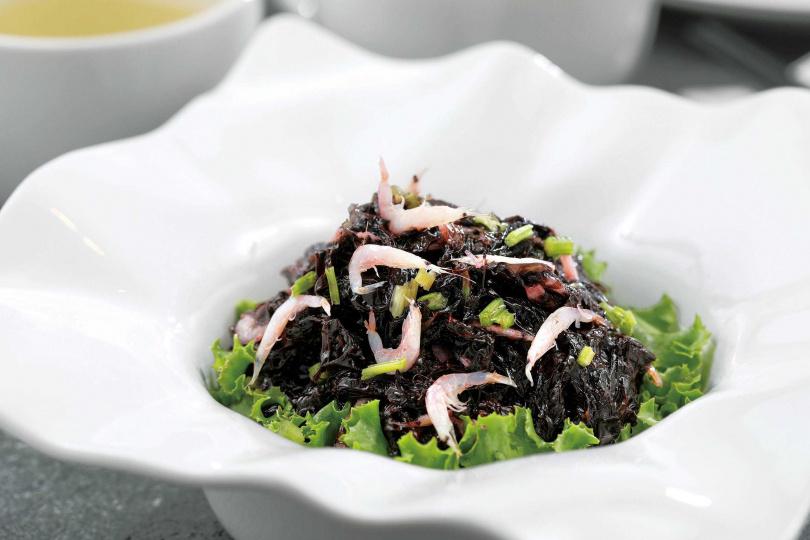 「蝦苗嫩紫菜」的紫菜是從莆田進口,用一點點醋跟油蔥調味,是一道爽口的開胃菜。(158元)(圖/于魯光攝)