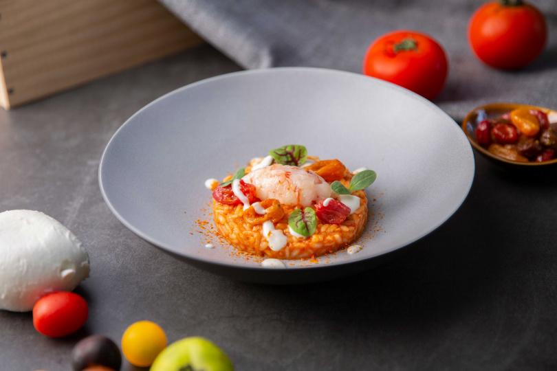 義式燉飯搭彩色番茄、布拉塔乳酪醬汁及生蝦韃靼。(圖/台北萬豪酒店Garden Kitchen提供)
