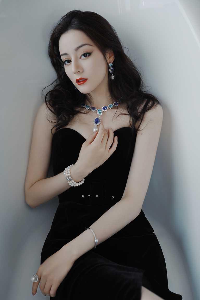 大陸女星迪麗熱巴,高雅詮釋MIKIMOTO頂級珠寶的動人華彩。(圖╱MIKIMOTO提供)