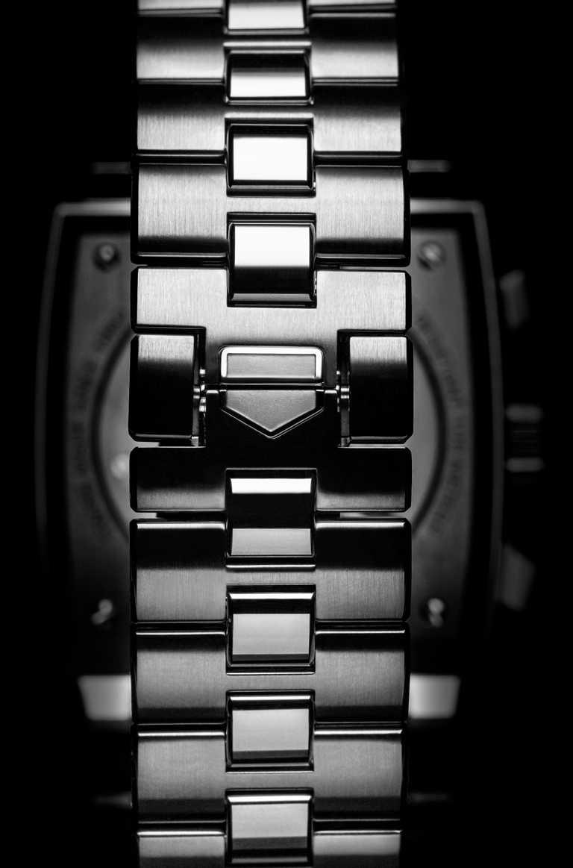 精鋼錶鍊秉承「MONACO」系列腕錶的H形經典設計,蝴蝶錶釦上刻有TAG HEUER的盾形標誌。(圖╱TAG HEUER提供)
