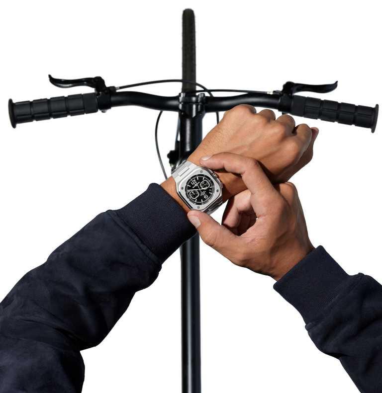 Bell & Ross「BR 05」系列Chrono Black Steel計時腕錶,精鋼錶鍊,黑色錶面款,42mm╱211,000元。(圖╱Bell & Ross提供)