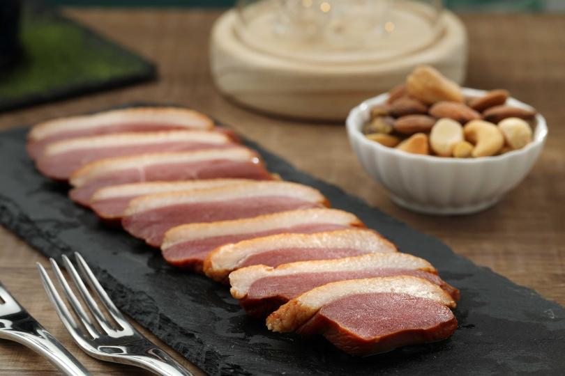 「法式煙燻鴨胸佐堅果」,給得大方的厚切煙燻鴨胸,肉甜油香且十分Juicy。(250元)