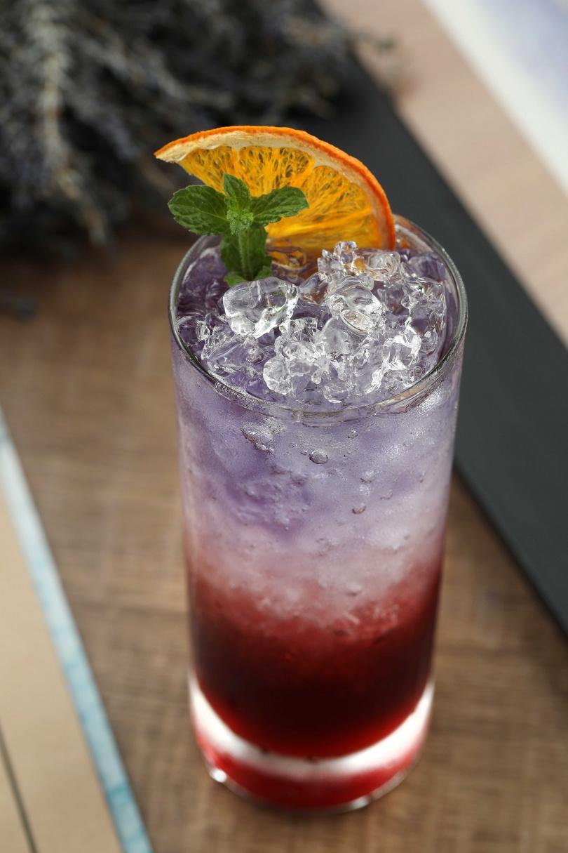 「月夜蜜李紫」使用兩種琴酒為基底,加入蝶豆花調製而成,漸層的豔麗色彩讓人驚呼太浪漫!(350元)