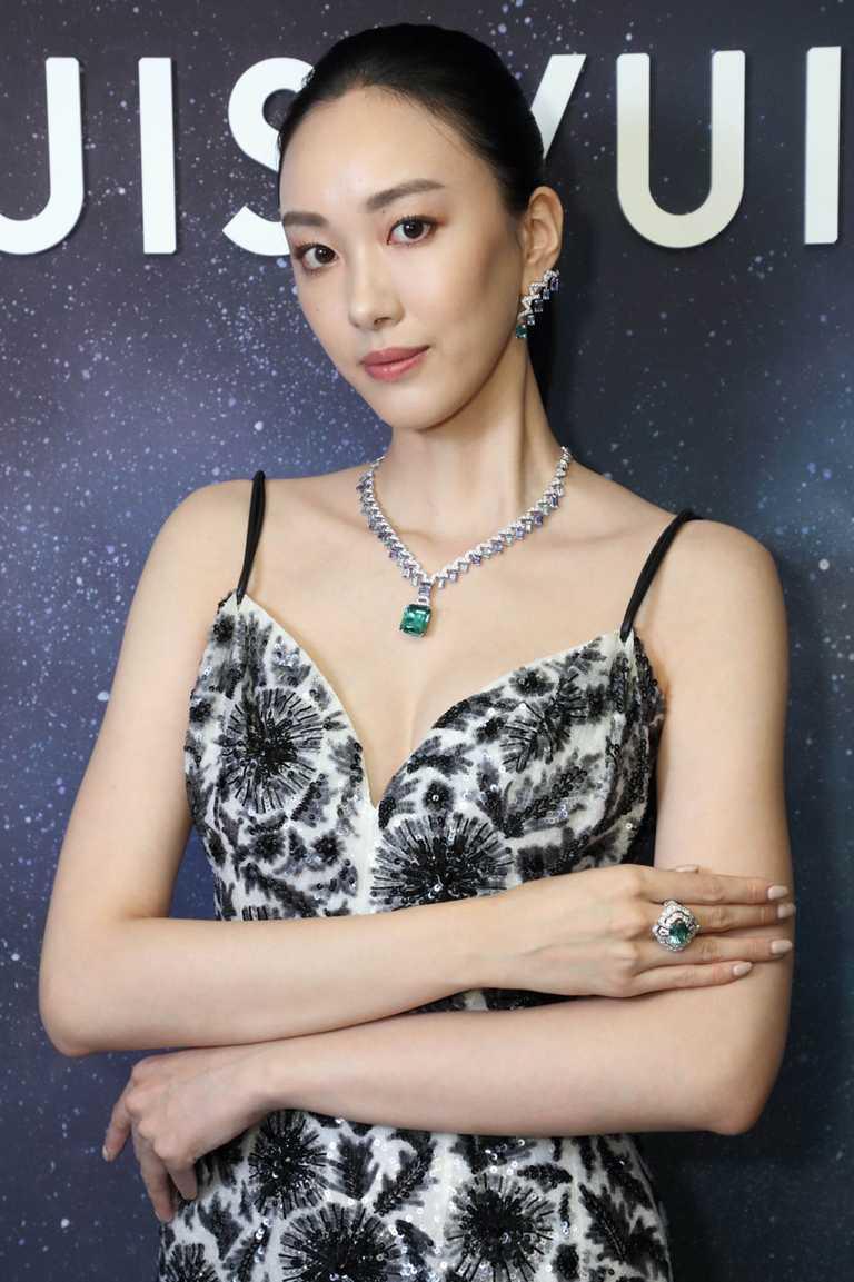 模特兒佩戴LV「Stellar Times」系列高級珠寶,「Apogée」項鍊、耳環,白金鑲嵌鑽石及祖母綠切割碧璽、坦桑石、海水藍寶╱價格店洽。(圖╱LV提供)