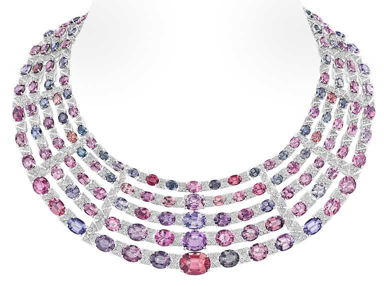 LV「Stellar Times」系列高級珠寶,「Interstellaire」白金鑲嵌鑽石尖晶石項鍊╱153顆五彩尖晶石,共重193.44克拉╱價格店洽。(圖╱LV提供)
