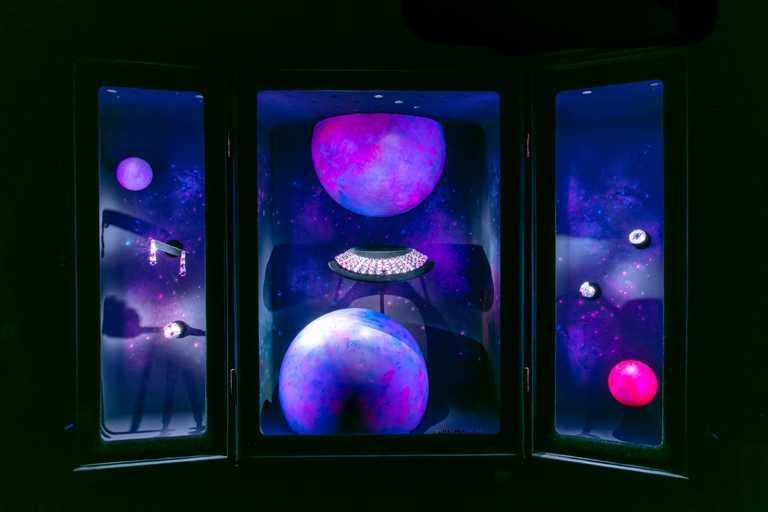 LV路易威登2020年高級珠寶展,現場展出「Stellar Times」系列高級珠寶,呈現宇宙浩瀚宏偉景觀。(圖╱LV提供)