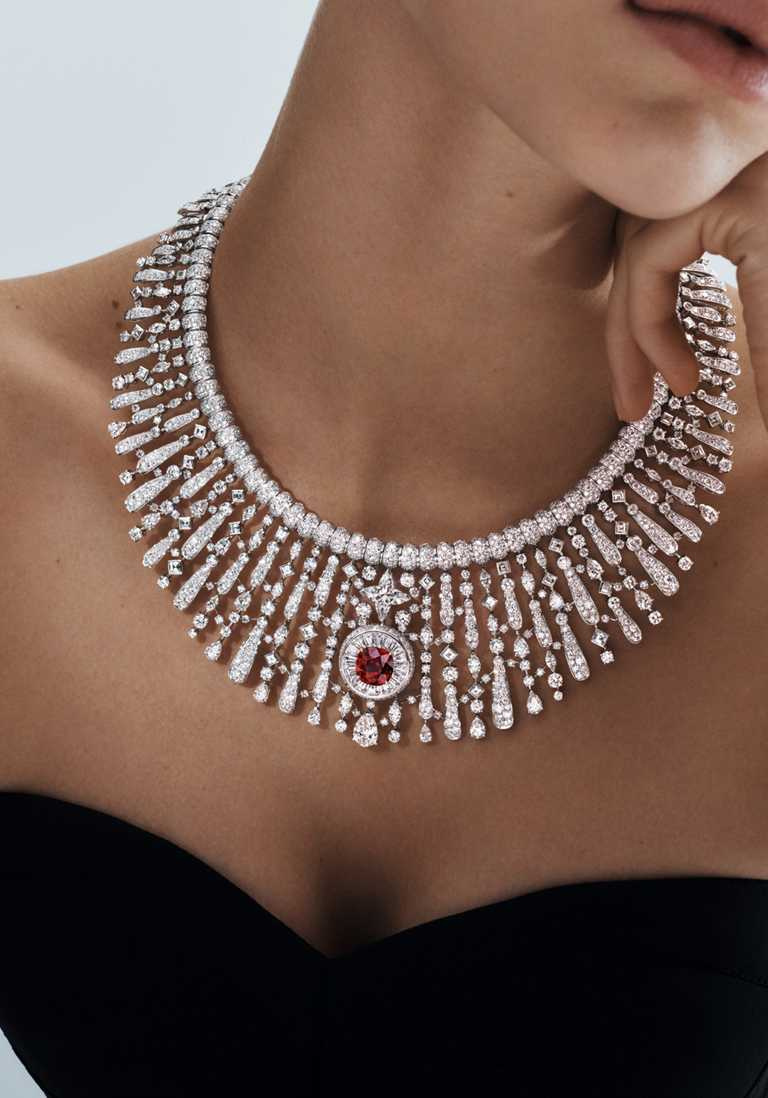 LV「Stellar Times」系列高級珠寶,「Astre Rouge」白金鑲嵌鑽石紅寶石項鍊╱4.46克拉星形切割鑽石、8克拉莫三比克紅寶石╱價格店洽。(圖╱LV提供)