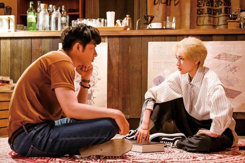 在《不讀書俱樂部》劇中染了一頭金髮的陳加恩,造型相當帥氣。(圖/雙喜電影提供)
