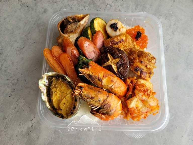 「豪華活體海鮮」有活體鮑魚、干貝與泰國蝦等高檔食材,讓人看了食慾大開。(圖片提供:宜蘭ㄚ欣的美食日誌)
