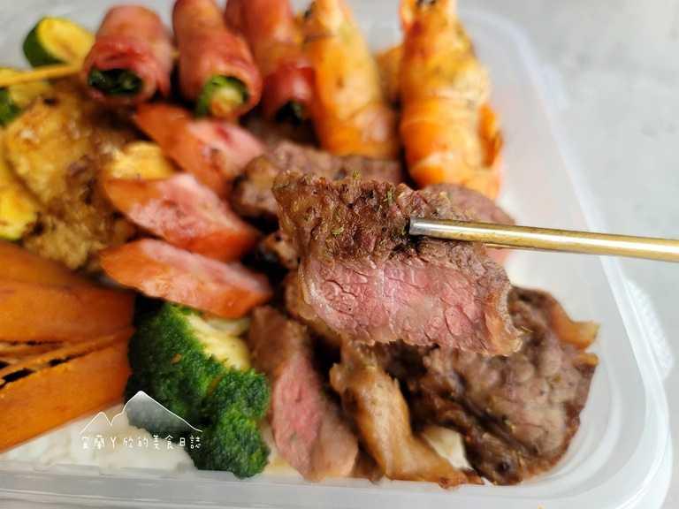 「頂級溫體美國prime無骨牛小排」除美國牛外,則搭配泰國蝦、烏魚子、牛肉蔥捲等配菜,十分澎湃。(圖片提供:宜蘭ㄚ欣的美食日誌)