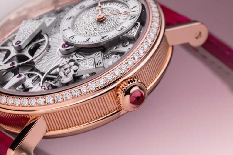 金質錶盤鑲嵌74顆圓形切割鑽石,約重0.192克拉,偏心設計位於12時位置,白色珍珠母貝時圈錶冠鑲嵌1顆紅寶石,約重0.16克拉。(圖╱BREGUET提供)