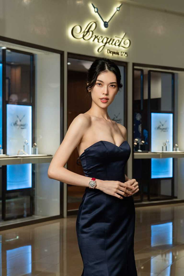 伊林名模王思偉,優雅演繹BREGUET「Tradition 7035」仕女鑽錶的璀璨華貴。(圖╱BREGUET提供)
