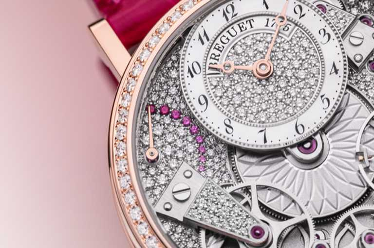 BREGUET「Tradition 7035傳世」系列仕女鑽錶,錶緣帶有精細錢幣紋,錶圈鑲嵌68顆圓形切割鑽石,約重0.819克拉。(圖╱BREGUET提供)