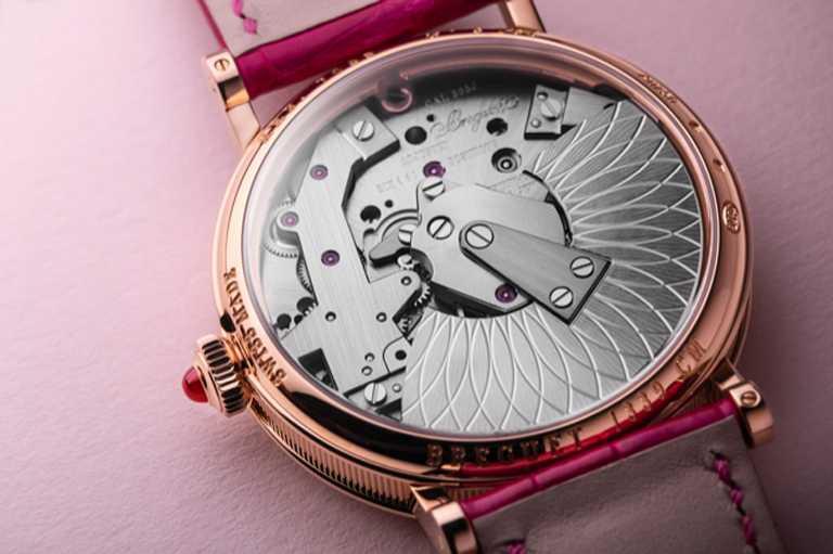 BREGUET「Tradition 7035傳世」系列仕女鑽錶,505J型自動上鏈機芯,金質夾板和錶橋鑲嵌190顆圓形切割鑽石,機芯面的逆跳秒鐘顯示鑲嵌2顆紅寶石和7顆粉紅寶石,備有50小時動力儲存。(圖╱BREGUET提供)