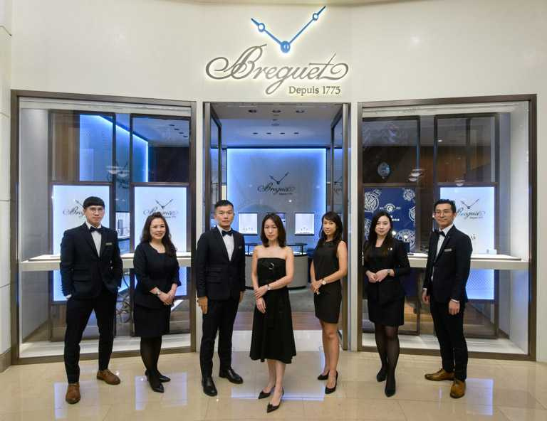 由BREGUET品牌副總Teresa Hsu(中)與店經理Chirs Yang(左三)帶領的寶璣團隊,秉持尊榮、創新的服務精神。(圖╱BREGUET提供)