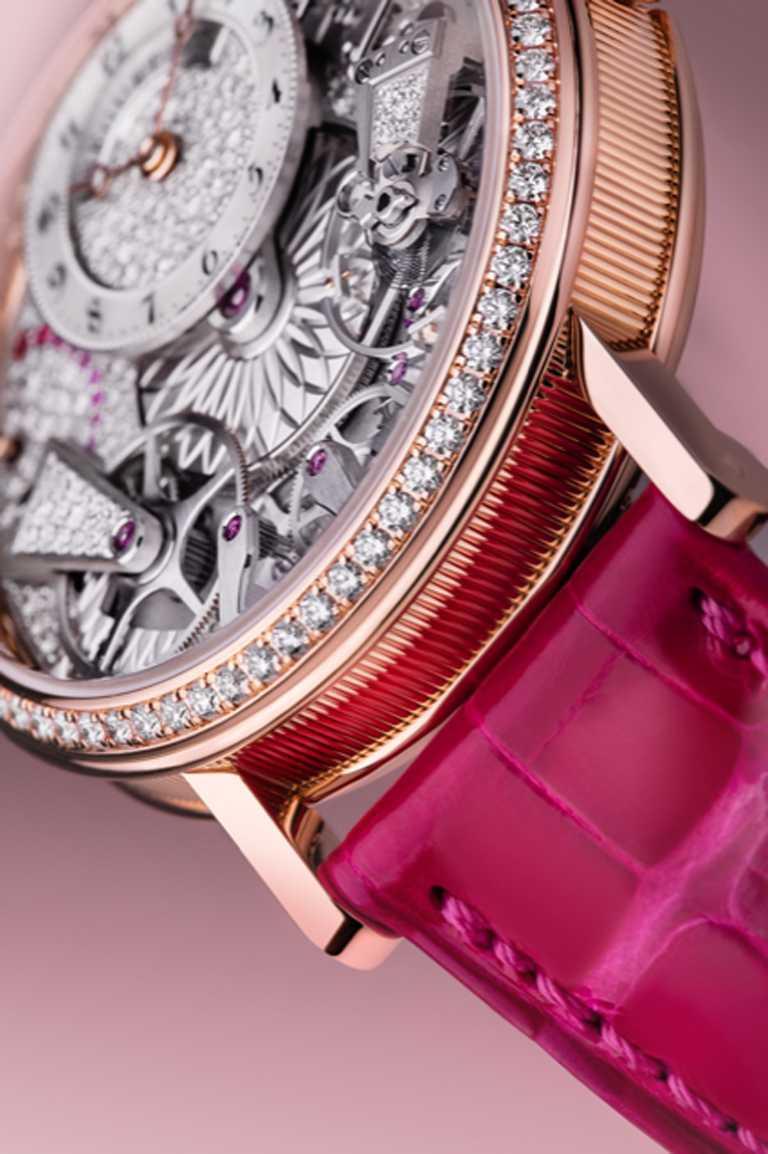 鱷魚皮錶帶搭配18K玫瑰金針釦,鑲嵌25顆圓形切割鑽石,約重0.124克拉。(圖╱BREGUET提供)