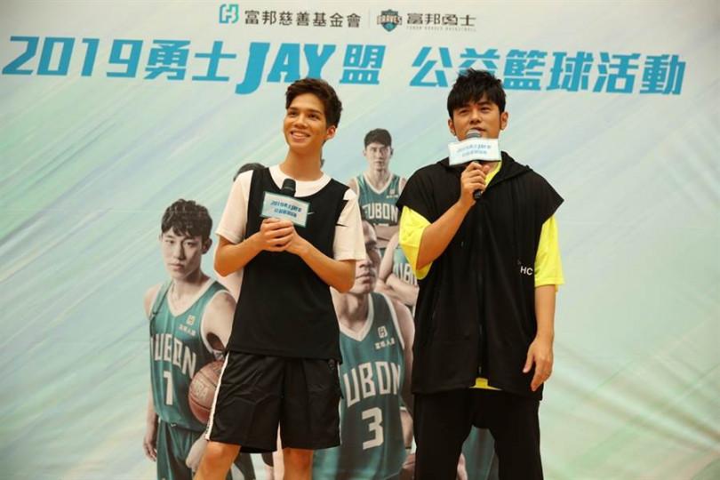 周杰倫18日帶著派偉俊出席公益籃球活動,全場學童親睹天王非常開心。(圖/富邦慈善基金會提供)