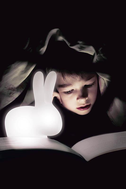 「Rabbit Lamp充電式LED燈具」共16種顏色,還可搖控操作,279歐元(約新台幣9,670元)。