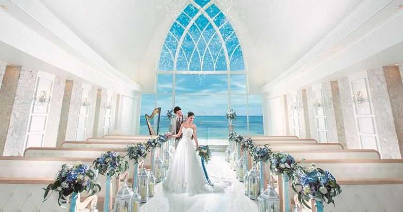 擁有湛藍海景的教堂,充滿典雅、浪漫風情。