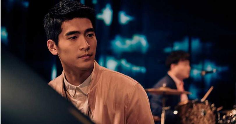 涂善存為電影練習鋼琴彈奏。