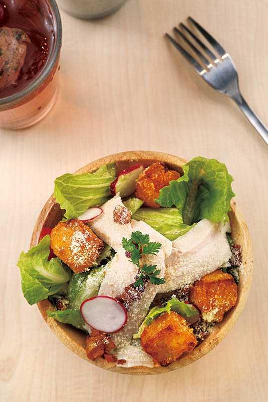 「只想給你最好的沙拉」吃得到芋頭片跟台農66甜心紅地瓜,還有鮮蝦及番茄,最後再淋上清爽的柚子醬,健康又美味。(85元)(圖/于魯光攝)