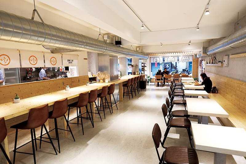 新型態的「ONE JIA Brunch 萬佳早午餐」空間明亮寬敞,餐點多樣化。(圖/于魯光攝)