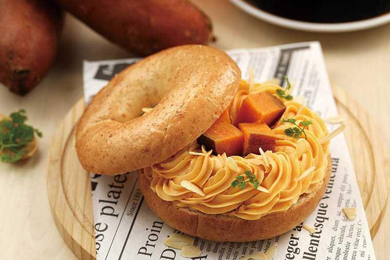「甜心憨吉焦糖貝果」使用台農 66 紅心地瓜與乳酪、堅果為內餡,綿密又香甜。(88元)(圖/于魯光攝)
