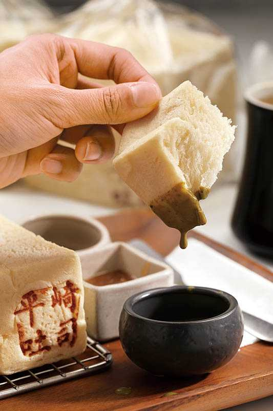 店家推薦的吃法是趁熱手撕品嘗原味,再直接沾抹醬,因為將抹醬塗在吐司表層,會讓吐司潮溼影響口感。(圖/于魯光攝)