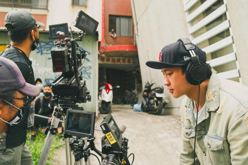 何潤東第二部自製自導自編的影集《誰在你身邊》正緊鑼密鼓拍攝中。(圖/頤東娛樂提供)