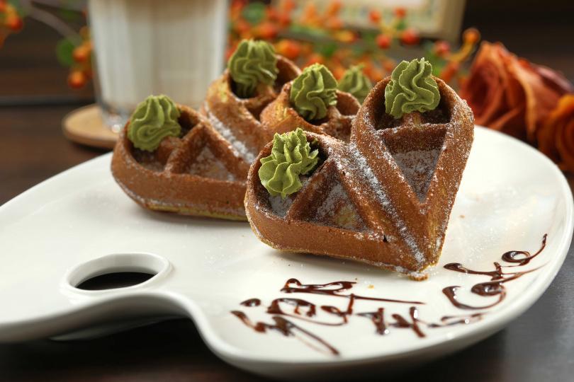 「抹茶黑糖麻糬鬆餅」充滿抹茶香,搭配黑糖麻糬,甜而不膩。(180元)