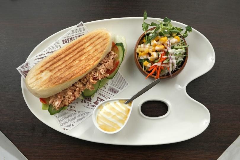 「檸檬塔塔鮪魚帕尼尼」附上生菜沙拉及優格,是夏日清爽好選擇。(180元)
