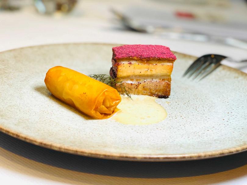 脆皮豬五花|蘋果派、洛神花、茴香奶醬。(圖/台北花園大酒店PRIME ONE牛排館提供)