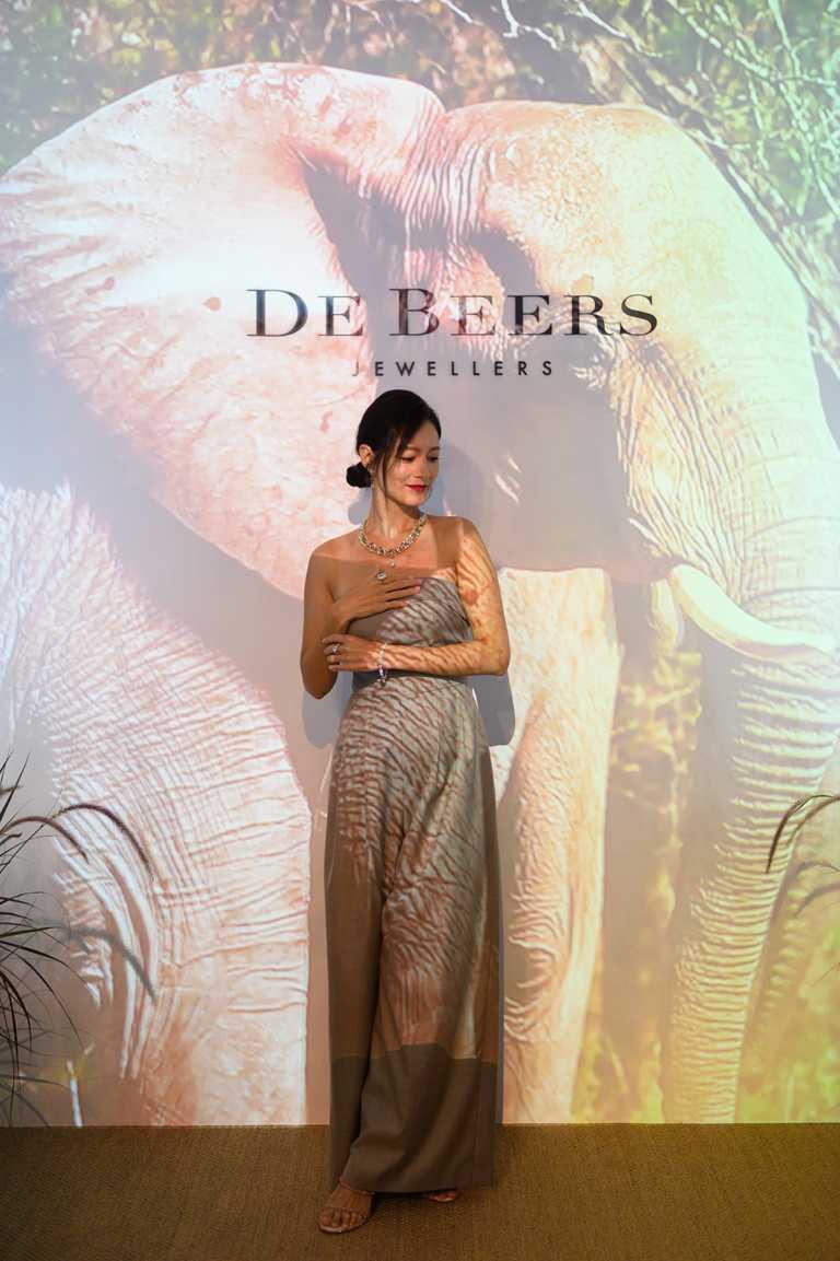 Janet謝怡芬優雅現身DE BEERS「Nature's Origins頂級珠寶展」,親身體驗現場設計的互動投影,彷彿置身大自然野外世界。(圖╱DE BEERS提供)