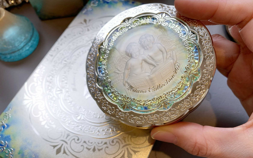 佳麗寶米蘭絕色蜜粉餅2021 24g/3,350元兩個小天使在看書!不再只是訴求外在的美麗,內在的心靈層面也要一起跟著升級才是真正的全方位美人~。(圖/吳雅鈴攝影)