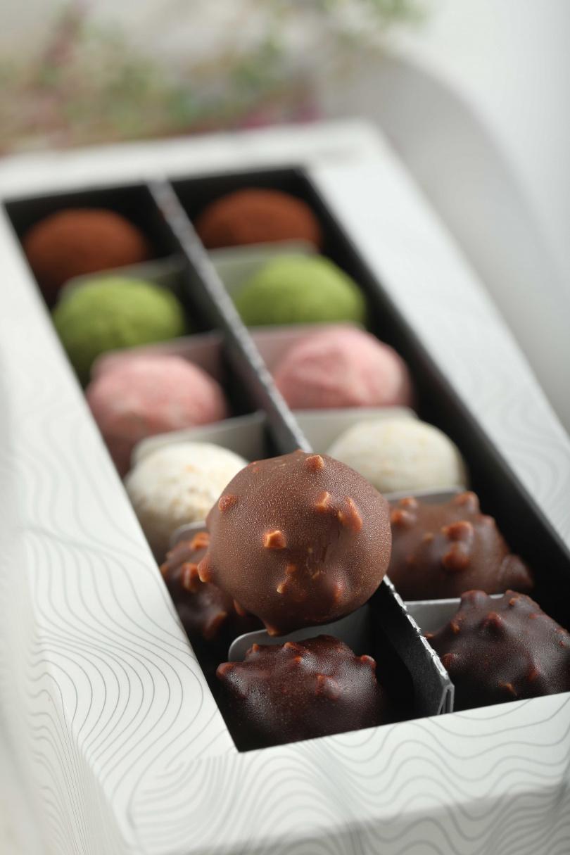 「松露巧克力禮盒」共6種口味,每款內餡皆是層次堆疊的豐富滋味。(780元)