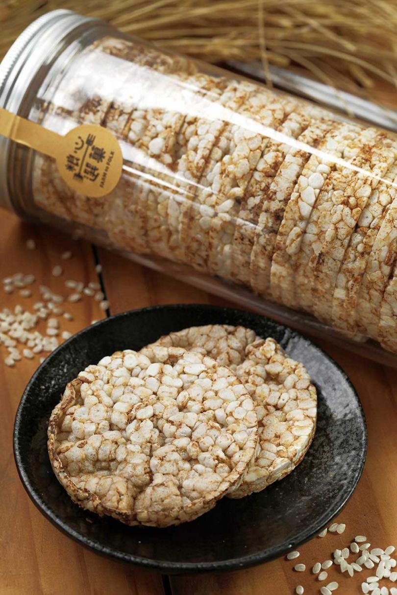 用「台中秈10號」糙米製成的「粮心玄米餅」,比白米爆成的的米餅香氣更濃郁。(200元/罐)(圖/于魯光攝)