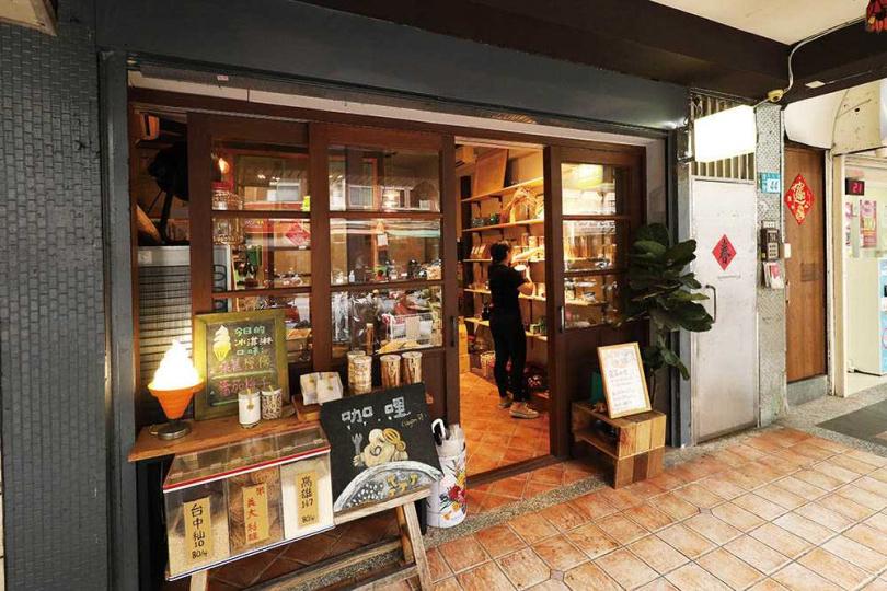 客人可在門口選購散裝米,店內也提供少量吧檯座位享用餐點。(圖/于魯光攝)