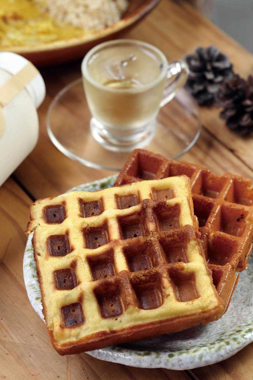 以「高雄147號」米穀粉製作的「米鬆餅」,提供「有雞蛋」與「無奶蛋」2種,富有彈性還微帶米香。(80元)(圖/于魯光攝)
