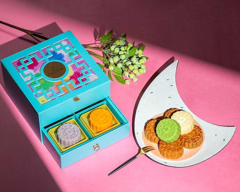 香格里拉台南台北遠東共同為喜愛嘗鮮的消費者設計「南北花漾經典月餅禮盒」,內含清新桃山皮奶月餅及經典廣式月餅,多樣風味滿足味蕾。
