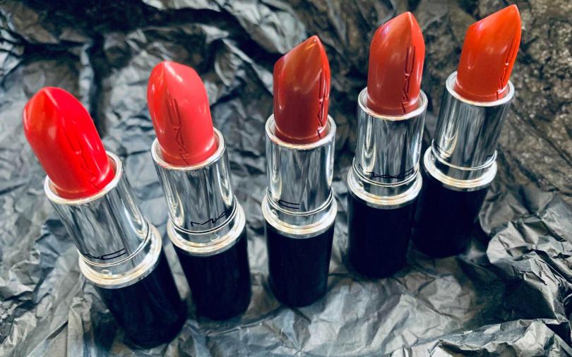 作為M.A.C第10種全新質地子彈唇膏的「超水感持色水唇膏」,也是品牌首款Logo印刻膏體子彈,更具時髦識別度。(圖/吳雅鈴攝影)